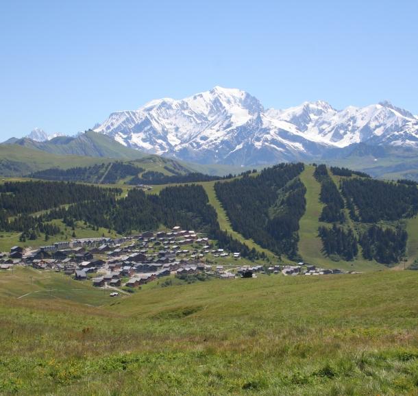 Les Saisies, vue générale et le Mont-Blanc